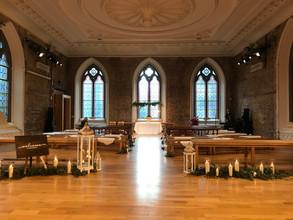 Aisle decor: lanterns, candles and greenery
