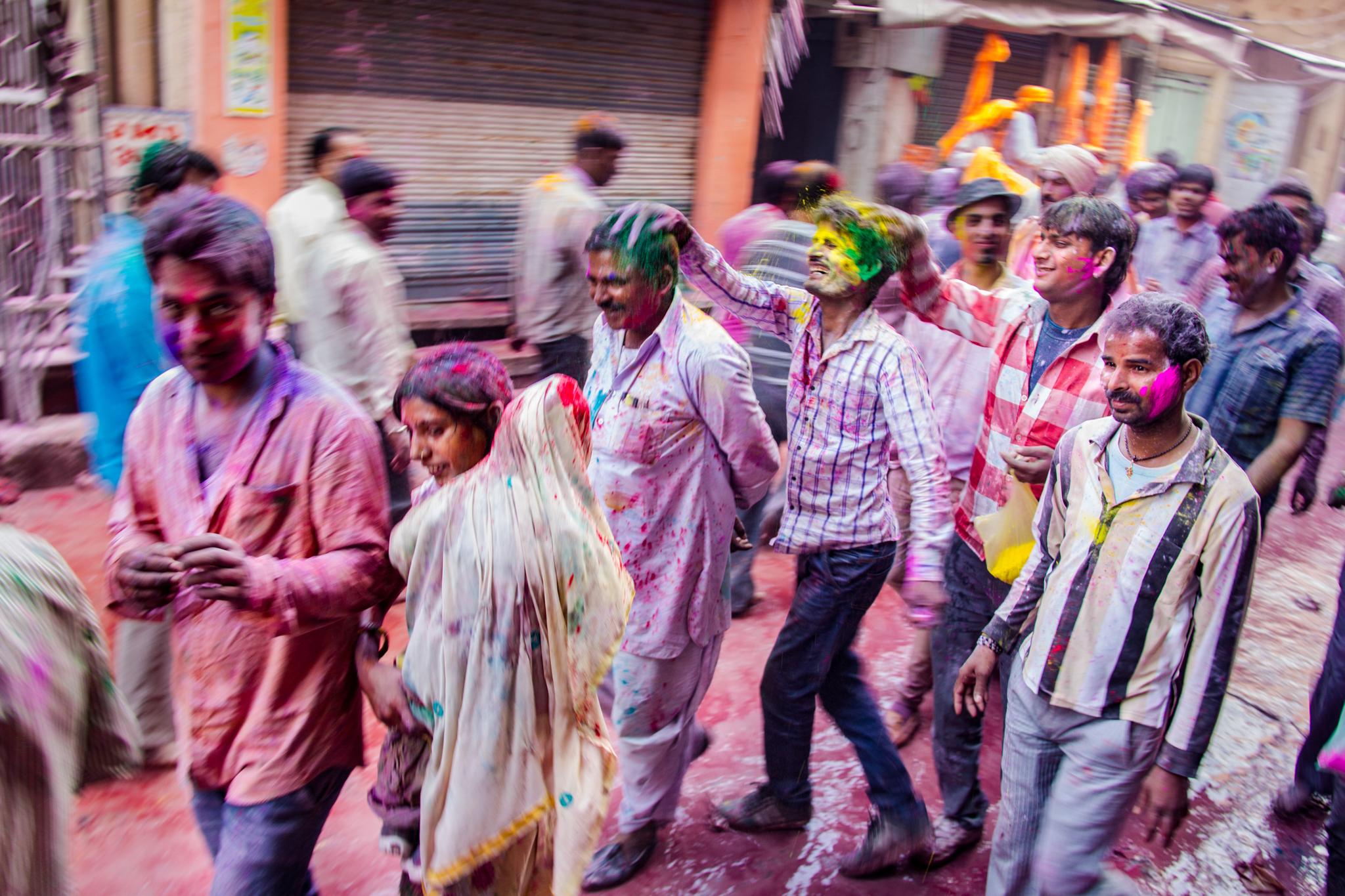 Las calles de vrindavan en Holi
