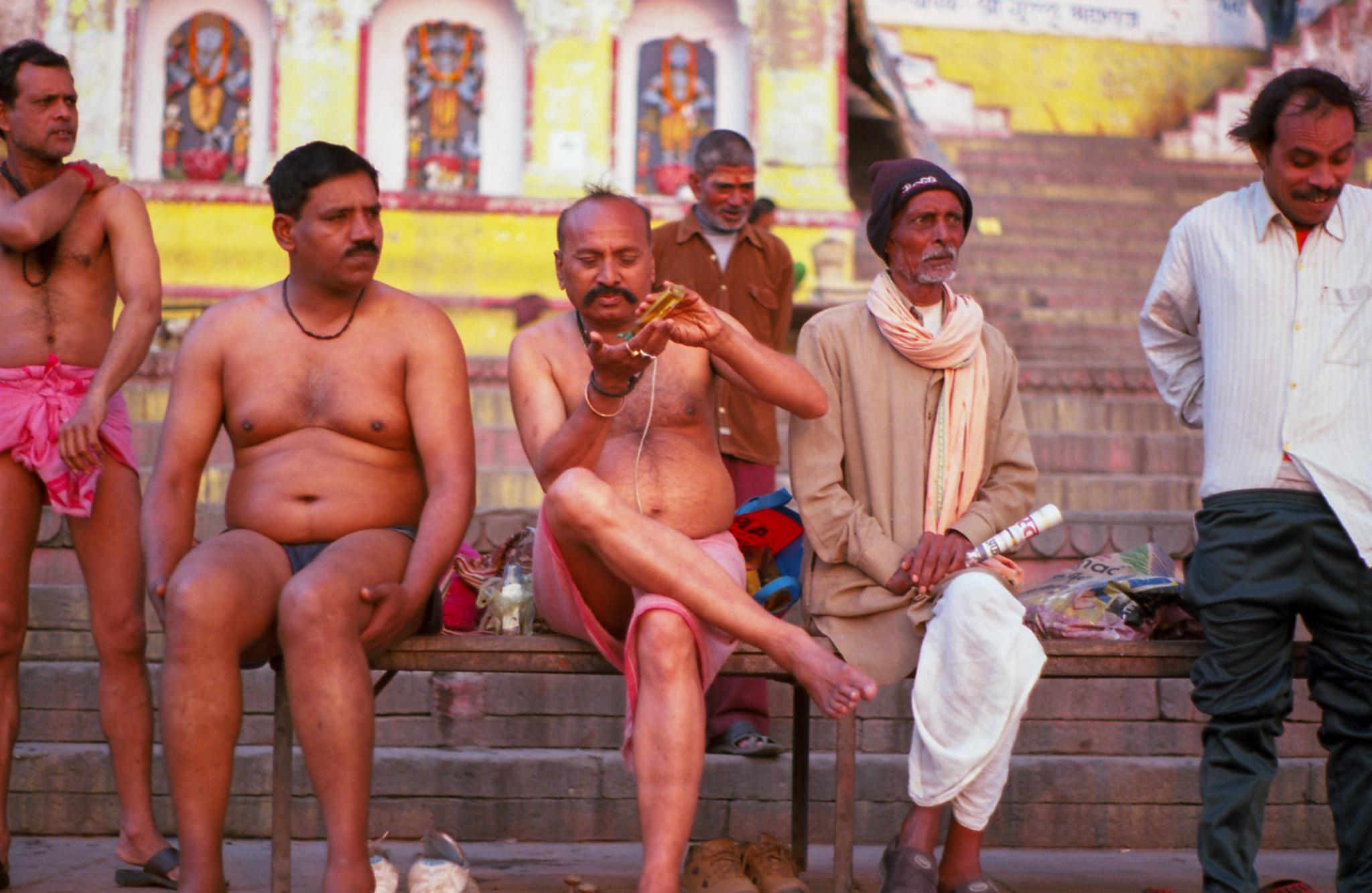Hombres despues del baño en Varanasi