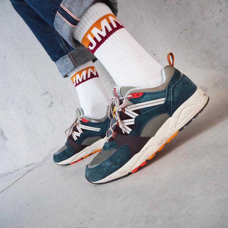 La Julcci est une chaussette sport blanche à bandes. Chaussettes de skate. Chaussettes de rider. Made in France