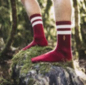 La Rold par Jermaine Toulouse. Chaussettes de sport rouges avec deux bandes blanches fabriquées en France.