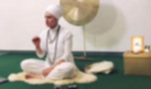 Stefania Floreani durante un esercizio di Gong Meditation
