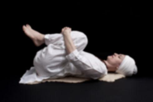 Stefania Floreani durante un esercizio di Kundalini Yoga