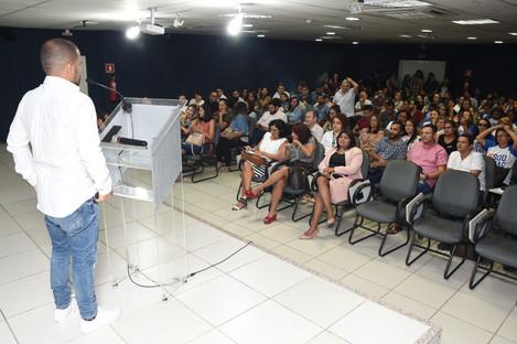 SEMINÁRIO JEANS A ROUPA QUE VESTE O MUNDO - Palestra o FANTÁSTICO MUNDO AZUL, apresentado por Joseni