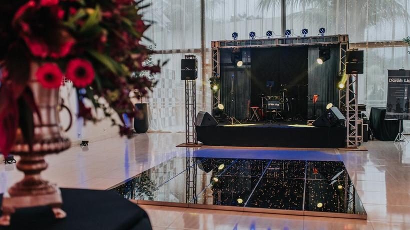 Casamento azul marinho e rosê gold - Segunda pista de dança e palco da banda