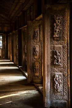 Sculptures en bois dans un monastère