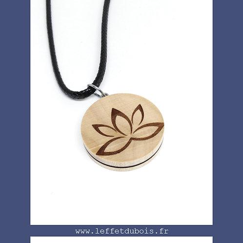 Pendentif en bois gravé fleur de lotus Ref PEN0169