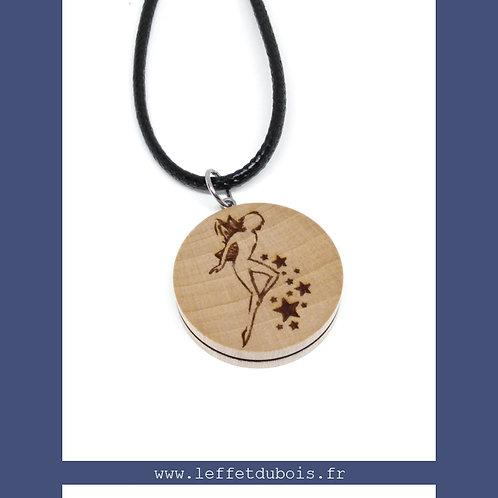 Collier - Pendentif en bois gravé fée et étoiles Ref PEN0181