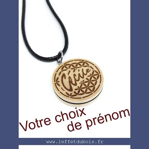 Pendentif en bois gravé Prénom & Fleur de Vie Ref PEN0167