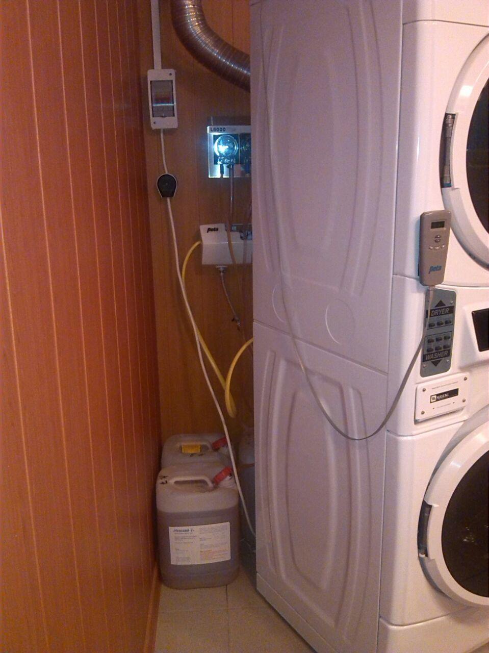 Манифолд, дозатор электроподключение, вентиляция, канистры с моющими.JPG