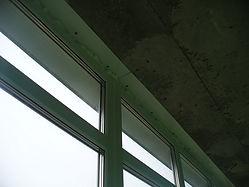 Монтаж пластикового окна на балконе с герметизацией запениванием в Красноярске