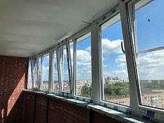Теплое остекление широкой лоджии окнами ПВХ с поворотно-откидными створками в Красноярске