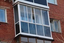 Французское остекление балкона в хрущёвке в кирпичном доме раздвижными окнами из AL профиля в Крсноярске