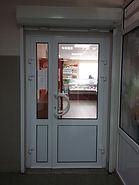 Пластиковые входные двери белого цвета для магазина на заказ от производителя в Красноярске