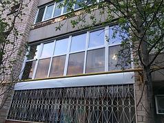 Панорамное французское пластиковое остекление шестиметровой лоджии в кирпичном доме в Красноярске