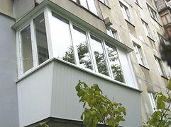 ПВХ остекление балкона с выносом в хрущёвке. Расширение по подоконнику на 30 см в Красноярске