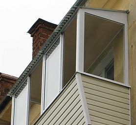 Остекление балкона с выносом AL раздвижными окнами и установкой крыши в Красноярске