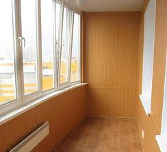 Теплый балкон с окнами ПВХ в Красноярске. Внутренняя отделка МДФ. Установлена электрическая батарея отопления, розетка.
