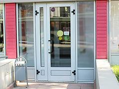 Входная алюминиевая дверь в магазин от производителя в Краснярске на заказ