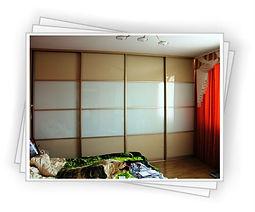 Встроенный шкаф-купе с глянцевым фасадом на заказ в Красноярке