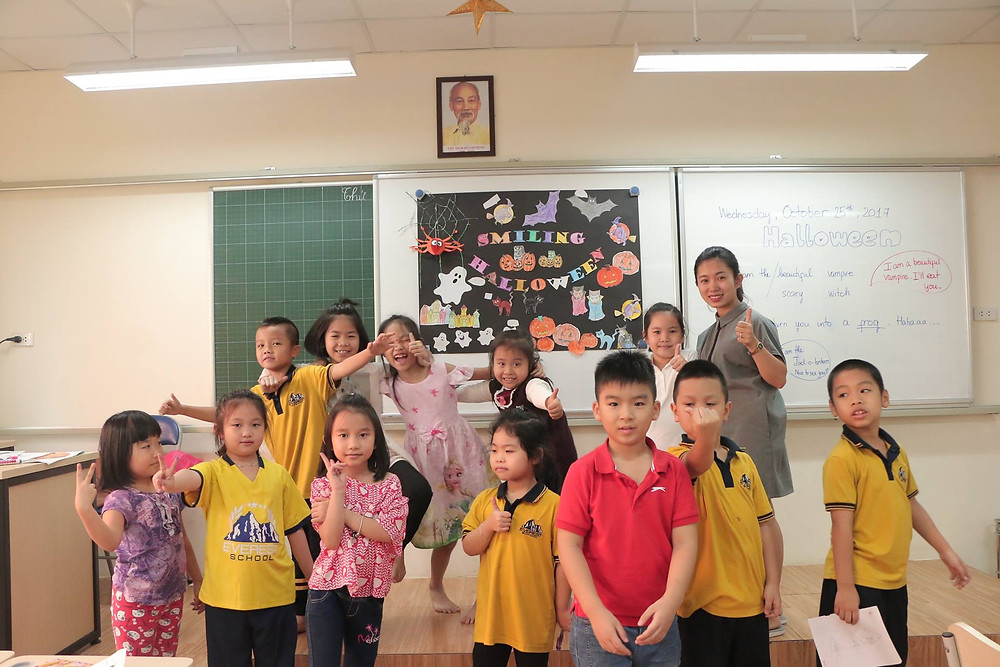 Lớp 3E với cô Oanh