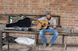 Aurelio Tocando su guitarra