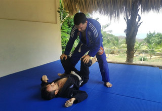 Un espace de sport en plein air est disponible avec des tatamis et d'autres accessoires pour le Jiu-Jitsu ou d'autres sessions sportives.