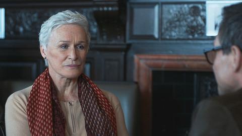 Žena stojí na nezapomenutelných hereckých výkonech