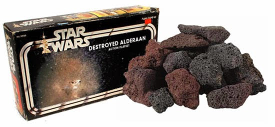 Zbytky Alderaanu. Dodnes považované za jeden z nejhorší kusů mechandisingu v historii.