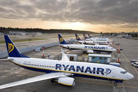 aviones de Ryanair aparcadas en la pista