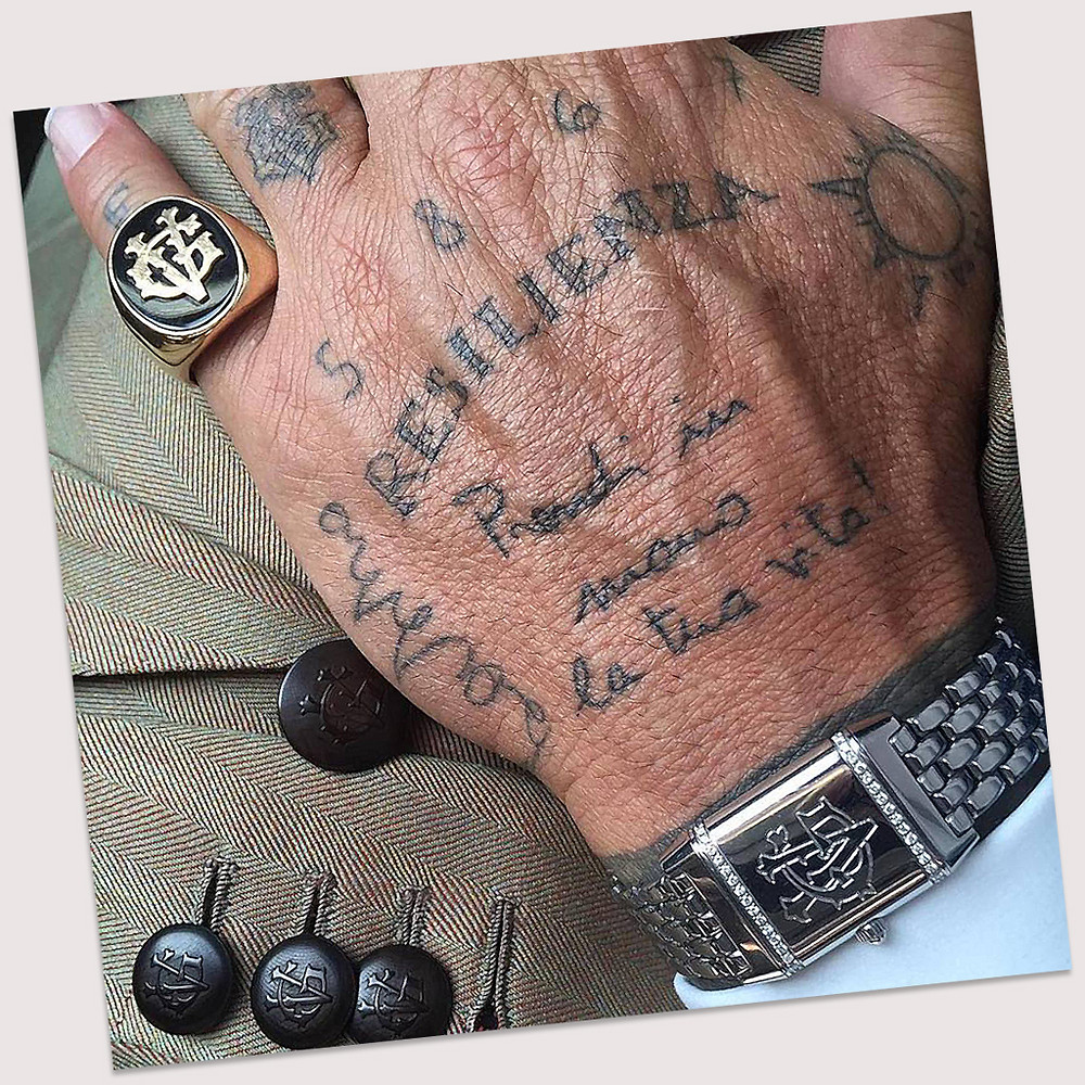 Tatuaggio resilienza sulla mano di Gianluca Vacchi