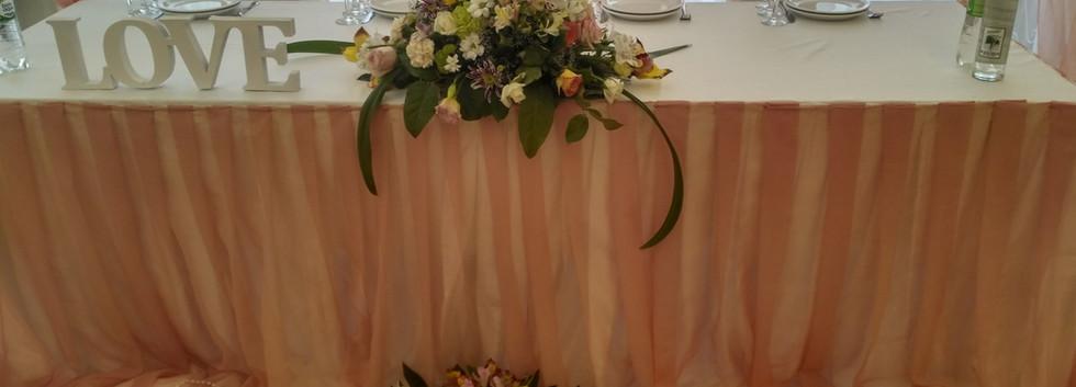 Украшение президиума молодоженов в персиковом цвете Киев