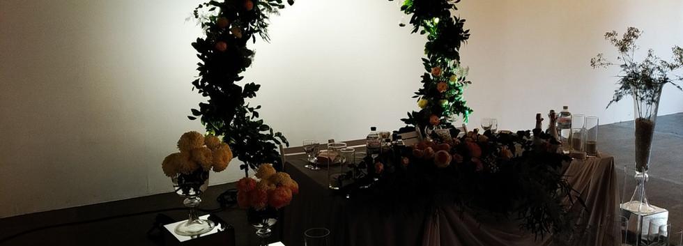 Арка свадебная круглая с живыми цветами в Киеве