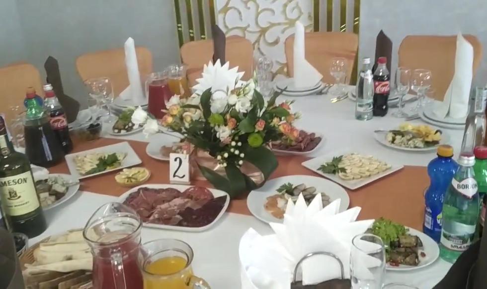 Украшение зала в Киеве в персиковом цвете