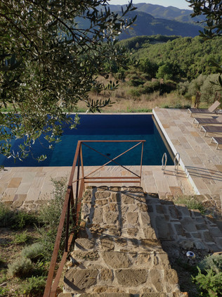 Steps down to the pool