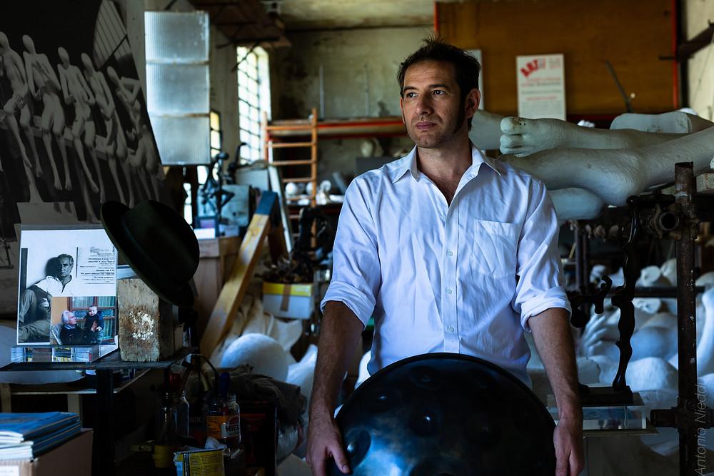 Davide Friello nello studio di Sauro Cavallini a Fiesole con il suo Handpan