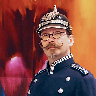Als Altberliner Wachtmeister Wilhelm Beetz versetzt er sein Publikum zurück in die Kaiserzeit. Da wird kollossal ge taunt, denn auch Wilhelm Beetz kann zaubern