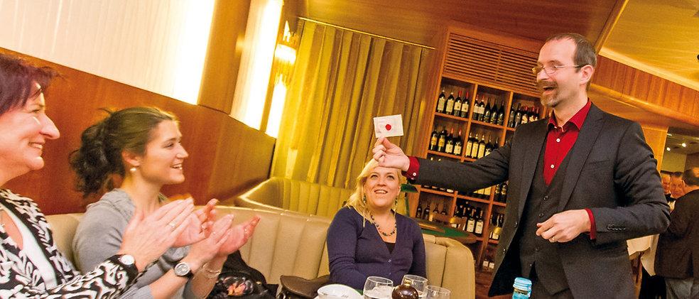 close-up-Zauberei mit Axel Hecklau aus Berlin. Tischzaubereri erfordert viel Fingerspitzengefühl für die Situation. Mit über 20 Jahren Erfahrung hat Axel Hecklau die allerbesten Voraussetzungen das Publikum im richtigen Moment abzuholen und zu begeistern