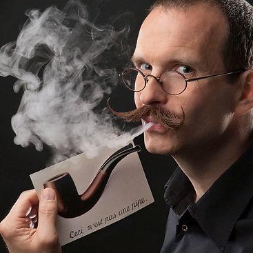 René MAgritt sagt: Dies ist keine Pfeife, weil man sie nicht rauchen kann. Axel Heclau, der ZAuberer aus Berlin zeigt, dass er falsch lag ;-)