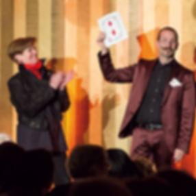 Axel Hecklau aus Berlin - Zauberkunst auf der Bühne.
