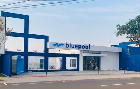 Fachada em alumínio acm branco e azul com letreiro luminosos | bluepool