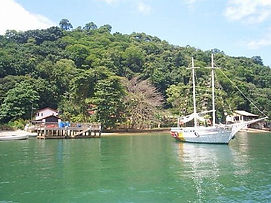 Diversas ilhas e prais contemplam Itacuruçá, como Águas lindas, Praia Grande, Praia do Boi, Jaguanum, Bixo Grande entre outras