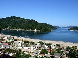 Imagem panorâmica de Itacuruçá com a sua ilha à frente