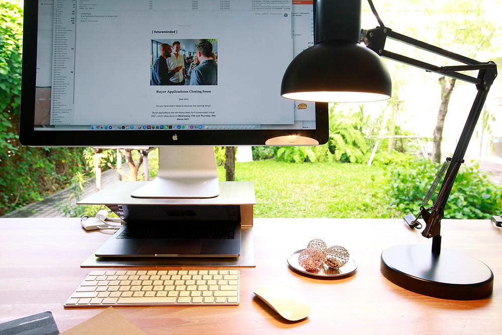 ของมงคลสวยๆ วางบนโต๊ะทำงาน