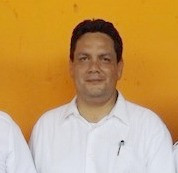 Le vice-président de l'association Camerone, Tonatiuh Girard, entouré de deux membres, anciens parachutistes  ©Masiosarey, 2017