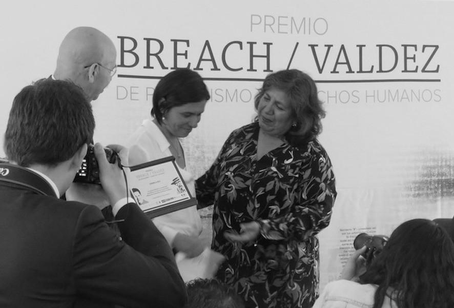 Dianela Rea reçoit le prix des mains de Griselda Triana et de José Reveles ©Masiosarey, 2018