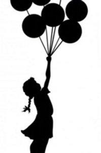 Niña volando con globos