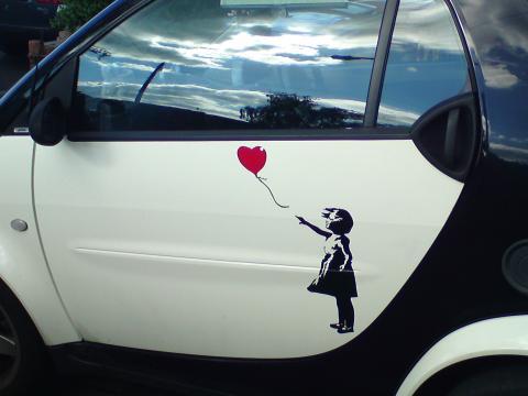 La niña con el globo en forma de cor