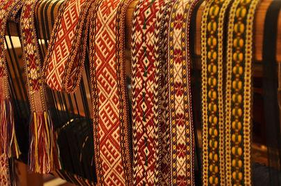 audēju darbnīca, audeju darbnica, aust, tautastērps, ražots Latvijā, roku darbs, tekstilmākslinieki, audēji Ziedonis un Ināra Āboliņi, Kuldīga, tradīcijas, pašdarināts