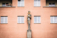 Female Statue Karl Marx Hof.jpg